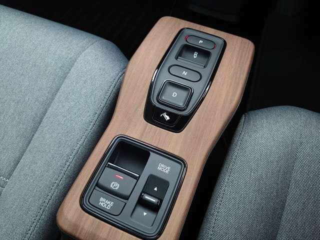 電子パーキング・ブレーキホールド装着車。シングルペダルの操作が可能で、パドルシフト操作で、ブレーキの強弱を4段階選ぶことが可能となっております。