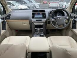 【 前席全体 】上品さと実用性を兼ね備えたベージュのインテリアは車内を明るい雰囲気にしてくれます!