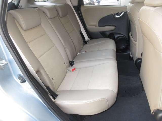 ルーフの長いワゴンボディは後席においても余裕あるヘッドクリアランスを生み出しました。また、より前方に配置したフロントウインドウが、開放感を高めています。