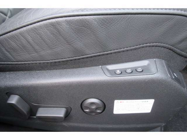 前席は電動調整式です。運転席はポジションメモリー機能付きです。