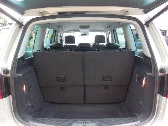 3列目シートを格納すると荷物スペースはさらに拡大します。タイヤハウスの張り出しがない空間はフルフラットになり効率よく荷物を積み込めます。片方づつ折り畳みが可能で両方を格納すると大きな荷室容量に!