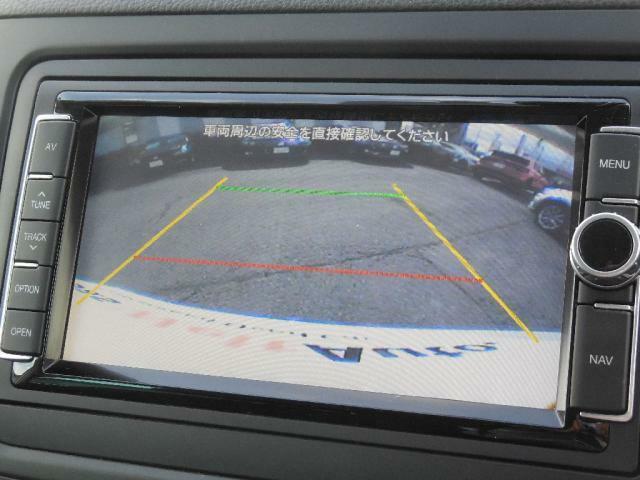 ギアセレクターレバーをリバースに入れると車両後方の映像を映し出し、車両後退時のドライバーの安全確認をサポートします。画面にガイドラインが表示されます。