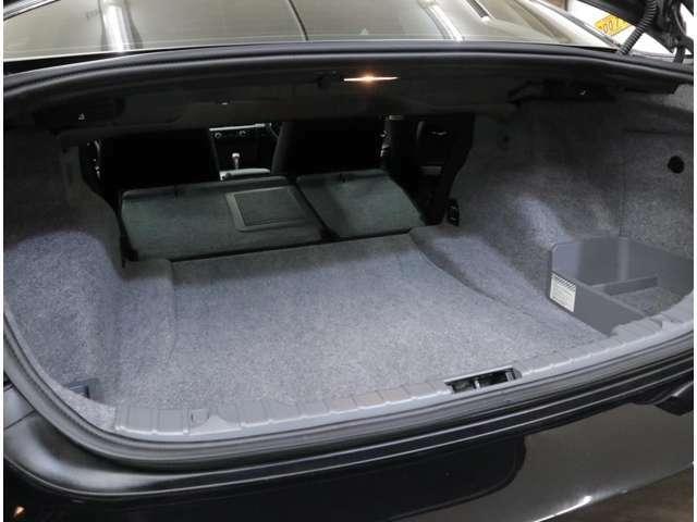 460リッターの大容量を誇るトランクルーム。ワンタッチで後席バックレストを倒すことが可能。床下の小物入れも大きく、カーペットを張り巡らした丁寧な作りは、見た目や静粛性への配慮が感じ取れます。
