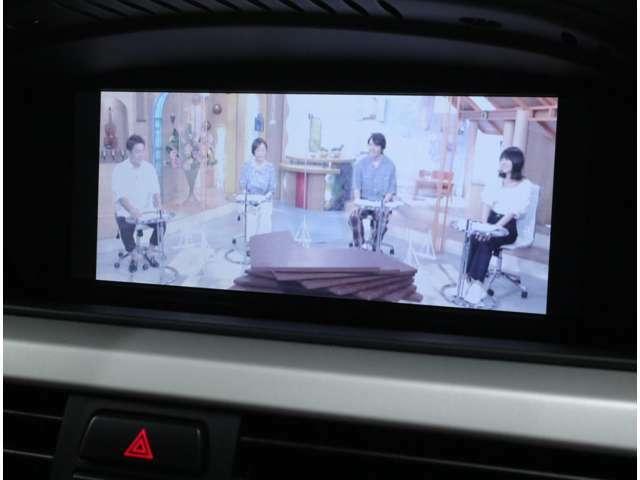 新車メーカーオプションのフルセグ地デジTVチューナーを搭載し、DVDビデオ再生も走行制限を解除済み。CDオーディオは、アームレスト内にあるAUX端子より、iPhoneなどの各種メディアの接続も可能です。