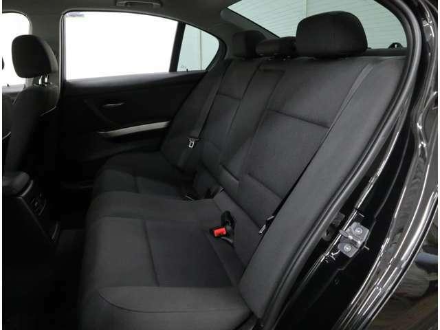 収納式のアームレストにはドリンクホルダーも内蔵。ロングリアリッドを特徴としており、ゆったり座れる空間です。