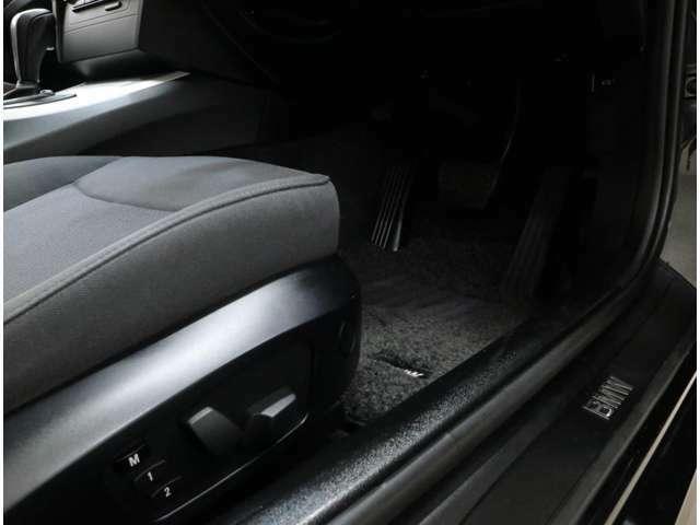 前席は左右ともにパワーシートを標準装備し、運転席は2名分のメモリー機能も搭載。設定によって、それぞれのリモコンキーに記憶させることができる「キーメモリー」機能も備えています。