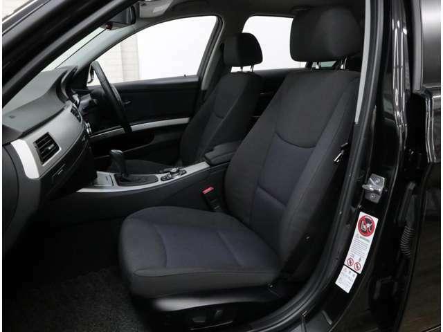 運転席メモリー付の前席パワーシートを標準装備。座面側のサイドサポートはあまり出っ張っておらず、ヒップポジションが低い割に乗り降りは容易です