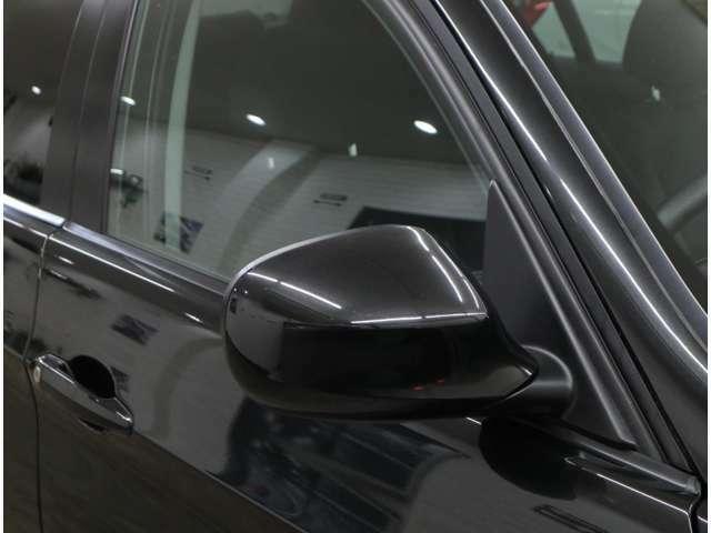 大型のドアミラーは後方視界も良好。後退時に左側ミラーが自動的に角度調整されるリバース機能付きです。