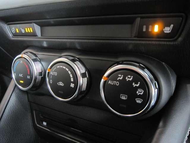 スイッチ1つで室内を設定温度に保つよう、風量や吹き出しモードを自動調整するフルオートエアコンを採用。ステアリングと座席に、寒い季節に嬉しいヒーターも装備。運転に集中できる快適な車内環境を実現します。