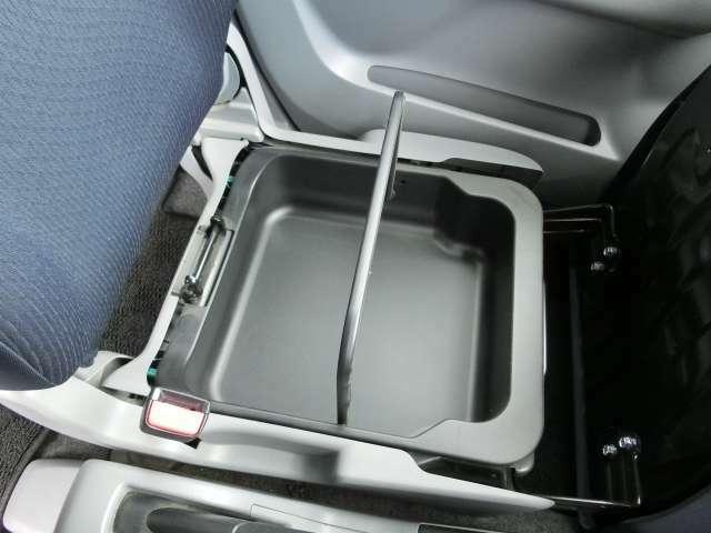 助手席のシート下には持ち運び可能なシートアンダーボックスを装備!