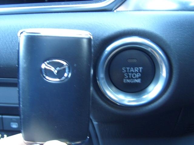 キーを差し込まなくてもボタン一つでエンジンが掛けられるプッシュスタート&カードキーシステムです。