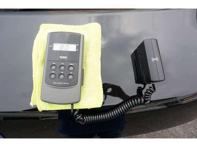 当社では乗用車に光沢計でボディーの光沢度を測定しています。お客様にすごくキレイだねと言っていただけるように日々がんばってます。(光沢機はこのお車には付属してません)