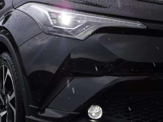 LEDヘッドランプはHIDヘッドランプと同等の明るさで消費電力は約半分、おまけに長寿命です。自然な色味で照らしてくれますので夜間のドライブでも目が疲れにくいですよ☆悪天候時に威力を発揮するフォグも装備