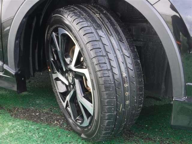 純正アルミにタイヤは4本新品に交換済!ユーカ-選びの大切なポイントですよね。