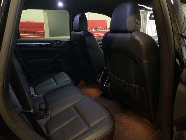 後部座席の足元が広く、ロングドライブも快適にこなせます。