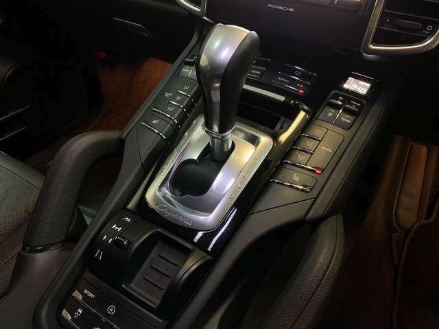 シフト回りにエアコンや走行モードの操作パネルが配置されます。