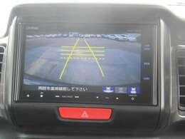 【バックカメラ】車庫入れの時にの動きと連動してガイド線が動いて車庫入れが簡単ですよ。