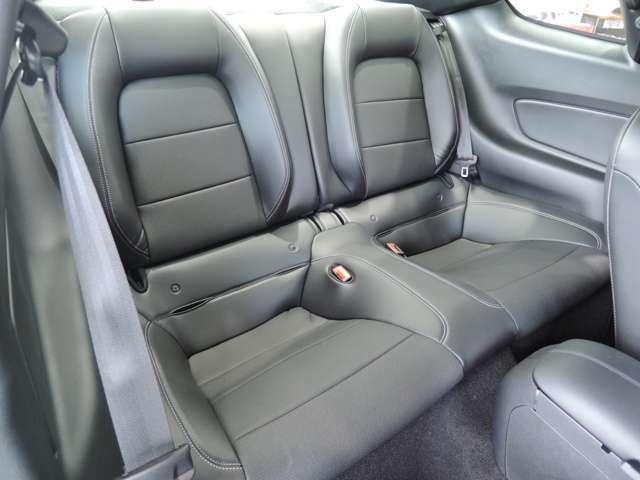 セカンドシートもややバケット風です!女性の方やお子様がお乗り頂く分には十分なスペースを確保されております!