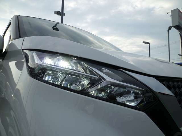 夜間や悪天候時も明るい視界を確保してくれるLEDヘッドライトです!