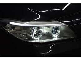 後期専用装備LEDリングポジショニングライト&LEDアクセントライン付プロジェクターバイキセノンヘッドライト&LEDターンインジケータ内蔵クロームサイドフィニッシャー&LEDリアコンビネーションライト