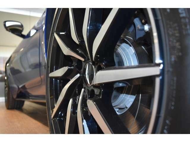 人気の10スポークディレクショナルグロスブラックDTホイール。007のボンドカーとして登場したDB10にも採用されているデザインホイールでございます。