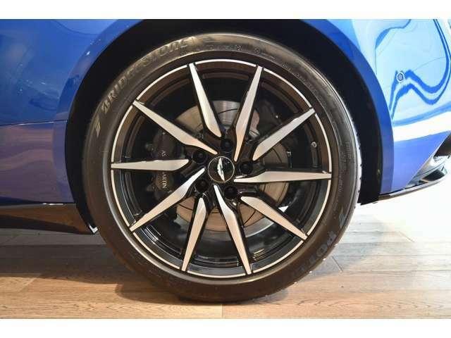タイヤはブリヂストン ポテンザS007を標準装備。DB11のためにブリヂストンと18か月かけて開発しまいした。快適な乗り心地と高いグリップ力を兼ね備えたタイヤでございます。