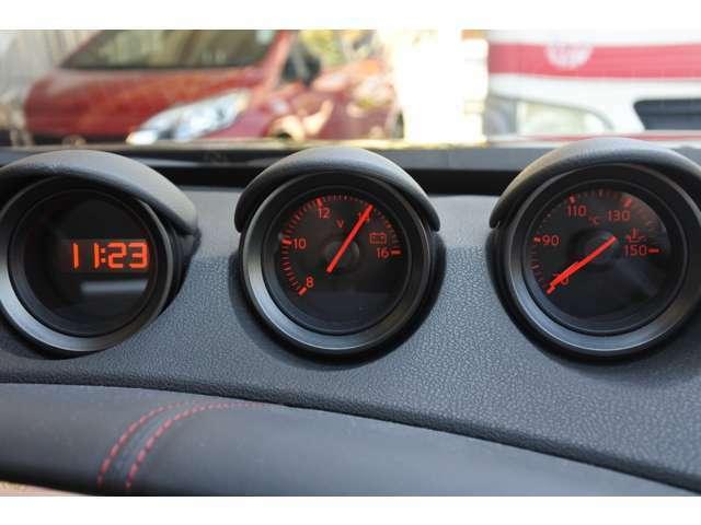 左から時計、電圧計、油温計を装備し走行時の車の状態を確認いただけます。