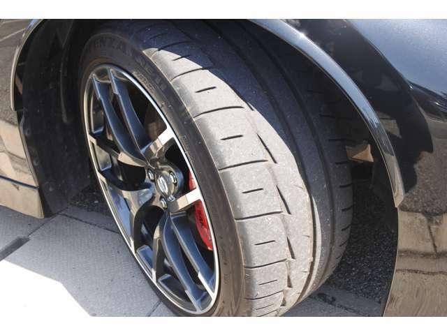 専用レイズ製鍛造アルミホイール+ダンロップSP SPORT MAXX GT600タイヤを装備し、レッドアルミ対向ピストンブレーキが印象的。ブレーキホースはGTRと同様の高剛性ブレーキホースを採用。