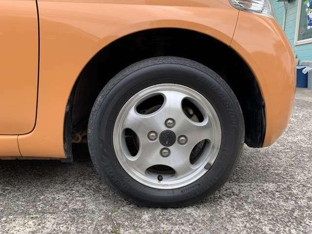 タイヤはノーマルタイヤを履いており、タイヤサイズは155/65R13、タイヤ山はおおよそ各4分山程度、スペアタイヤ積込みです。 AWは純正か社外かわかりませんでした。 リア2本のセンターCP欠品でした