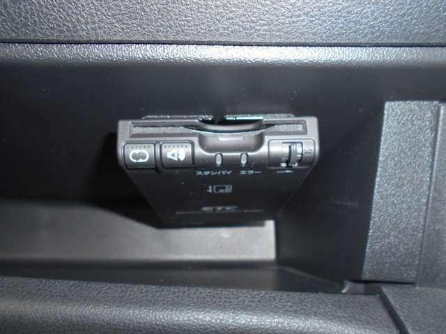 音声案内アンテナ分離ETCが助手席側グローブボックス上部へ取り付けられています。