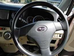 ハンドル周りです。運転席から操作のしやすい位置に各種スイッチがございます。