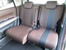 リヤシートがスライドするので足元が広く、大人でもゆったり座れます 。