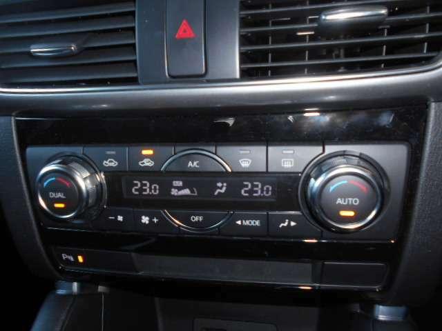 デュアルエアコン付き!運転席助手席で独立した温度設定が可能です。