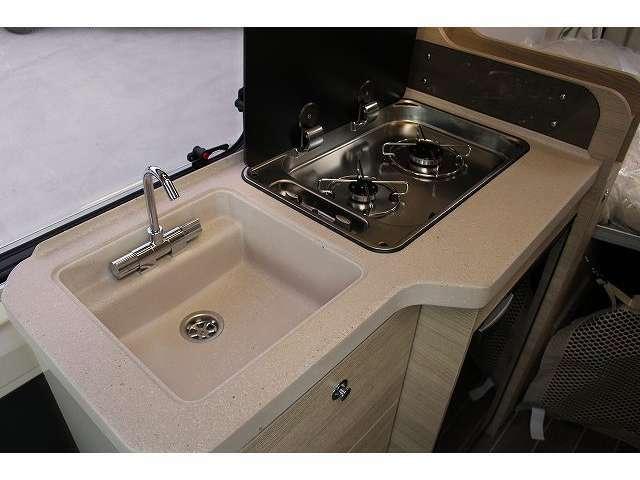 収納力と機能性に優れたキッチンスペース☆2口バーナーコンロはカセットガスにてご利用可能です。