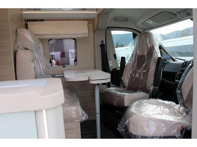 運転席・助手席を回転することにより広々としたダイネットスペースを実現しております。シーンに合わせて展開可能なテーブルも魅力です。