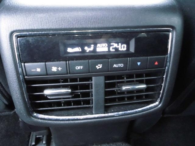後席のエアコンは後席にて温度と風量の調整が可能です。