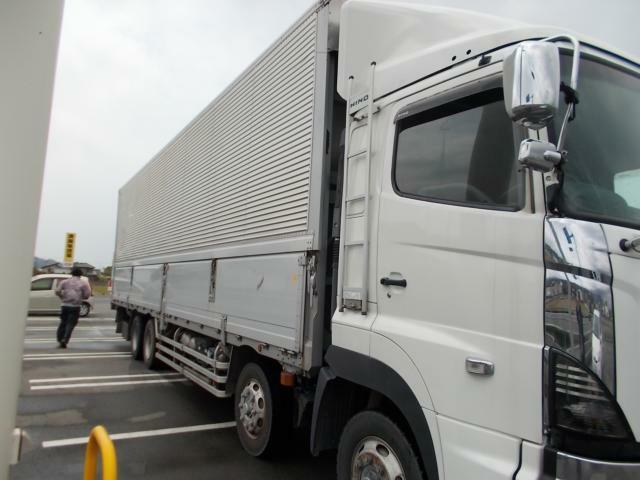 750積から大型トラック・平ボテ・ダンプ等、多種多様に取り揃えております。お探しのお車があればご一報ください。トラックの保管場については数カ所に分かれています。車両確認でお越しの際は事前にお電話にてご
