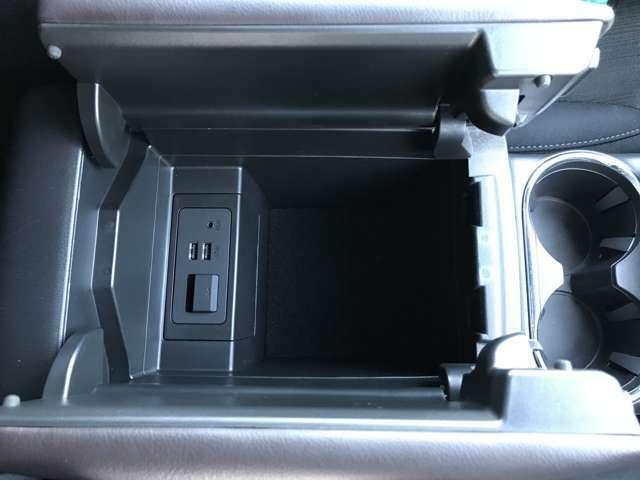 グローブボックスにはUSBソケットがあるので、車内でも充電しながら好きな音楽を流していただけます☆
