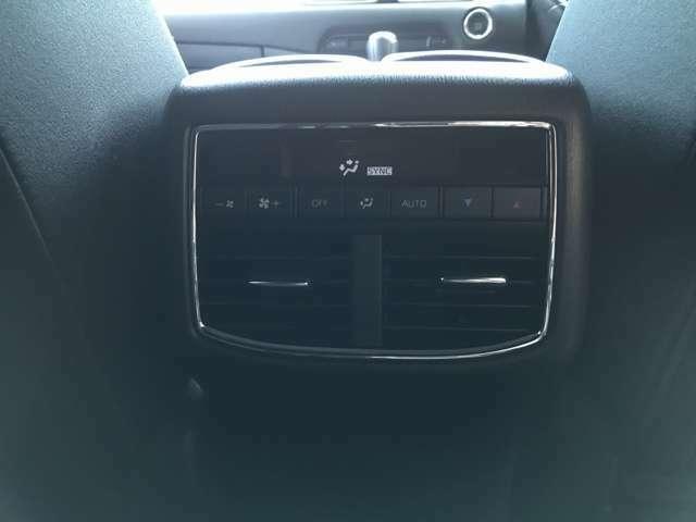 後部座席にもエアコンの吹き出し口と、メーターがあるので、どこに乗っていても快適な車内空間を保つことが出来ます☆