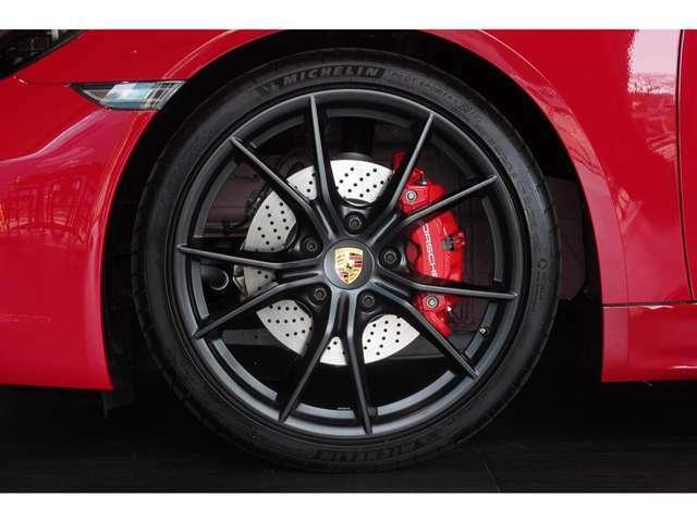 ホイールにガリ傷一つない素晴らしい状態で、タイヤの残り溝も4本共にたっぷり残っております。