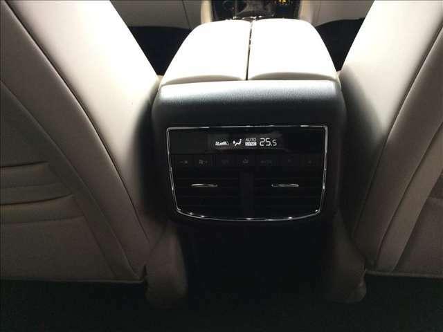 後部座席に乗車される方も快適にお過ごし頂けるリヤエアコンも装着、リヤシート独自で温度調整や風量調整が可能です。リヤシートも四季を通じて快適にお過ごし頂けるCX-8です。★☆★☆★