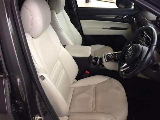 座り心地の良さとサポート性能に優れたフロントシートです。電動式のホワイトレザーシートです。高級感漂う内装も魅力のLパッケージです。禁煙車ですので、室内も清潔で気になる匂いも有りません★☆★☆★