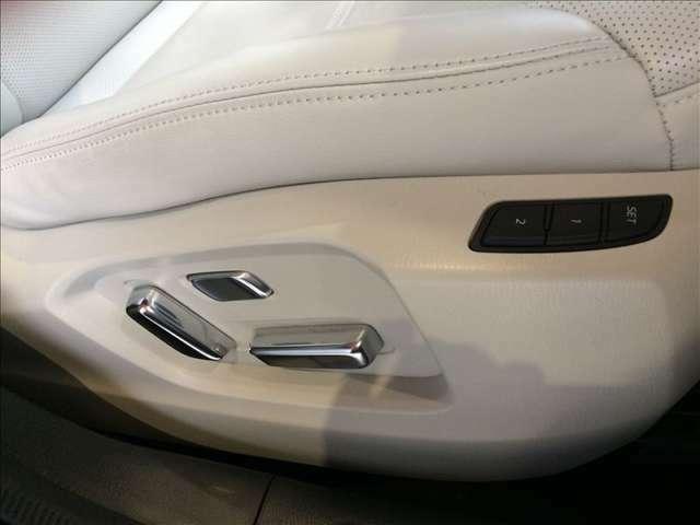 運転席は10Wayの電動シート仕様になっています。ドライバーの体格に合わせて適切なドライビングポジションを設定可能です。また、シート位置を記憶させるメモリー機能付きです。助手席は6Way電動仕様です!