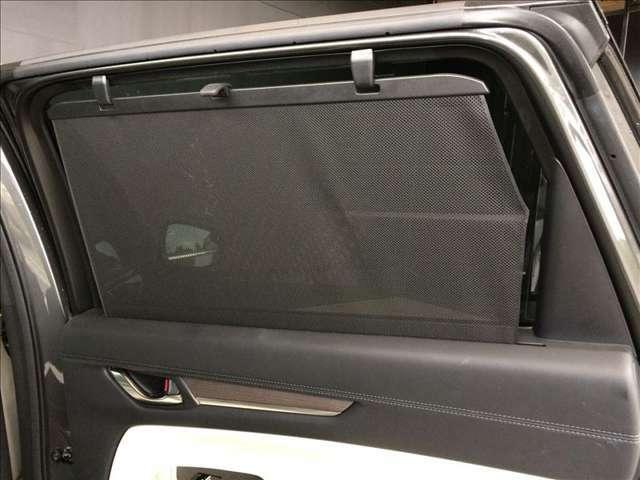 リヤドアの窓ガラスには引き出し式のサンシェードが設置されています。夏場の陽射しを遮る場合やお子様が睡眠されている時など、ワンタッチで使用できる優れものです★☆★☆★