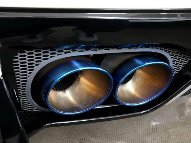 純正のチタンマフラー。アイドリング時の静音切替バルブ付です。テールは標準で焼き色になっています。