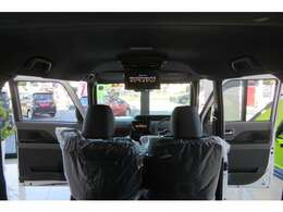 後部座席は社内からも外からもワン動作さ倒すことが可能です!助手席とその後ろの席は倒すとフルフラットにできます。用途に合わせて様々な組み合わせ可能♪11.6インチリヤモニター装着済!即納可能!