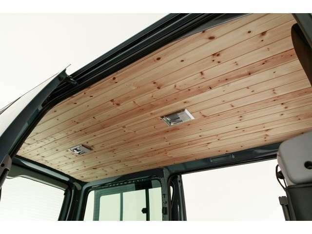 天張りにもウッドパネルを1台1台加工施工しております。