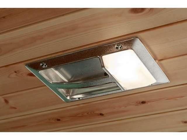 ルームランプは雰囲気を合わせてビンテージタイプのランプをお取り付けしております。