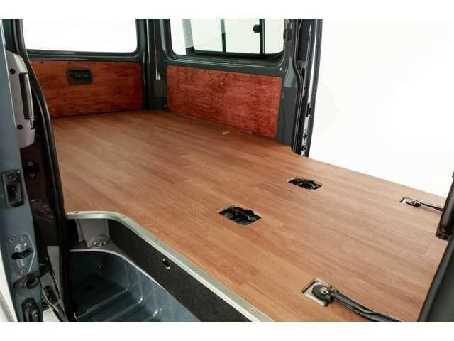 荷室はウッドパネルを1台1台加工施工しております。
