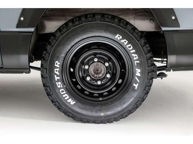純正15インチてっちんホイールをボディ色と合わせて半艶ブラックでペイントしております。タイヤは MUDSTAR RADIAL M/T を新品でお取付けしております。